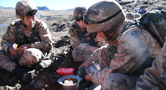解放军边防一线部队新面貌:海拔4500米吃自热火锅