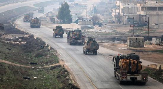 图为在叙利亚境内调动的土耳其装甲部队。