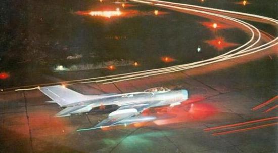 准备夜间飞行的歼-6战斗机