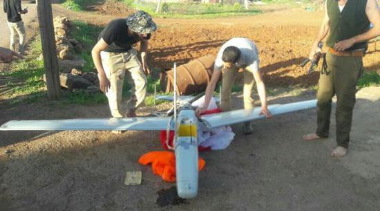 """图为坠毁了的""""石榴石-4""""无人机。其通信挂载和机翼均已损毁。"""
