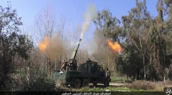 """图为对空射击中的""""伊斯兰国""""重型火炮。"""