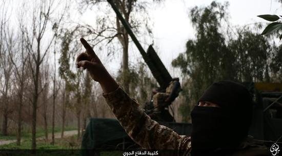 """图为""""伊斯兰国""""极端分子在指挥榴弹炮对空开火。"""