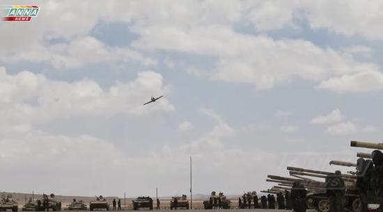 图为使用缴获军械在东卡拉蒙和空军联合阅兵的叙政府军。