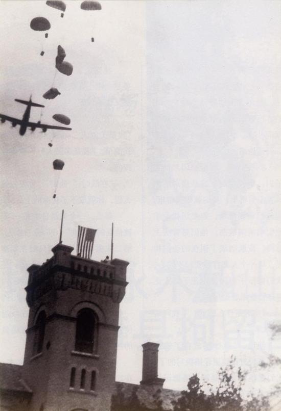 图片:美军B-24飞机乘员在潍县集中营上空伞降
