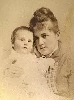 ▲十个月大的安娜·科尔曼·瓦特和她母亲