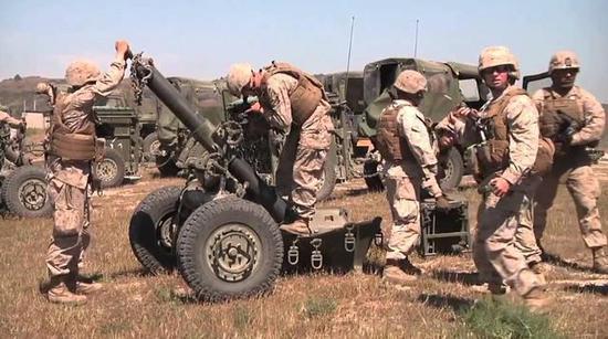 图为M327迫击炮以及操作它的美海军陆战队士兵。