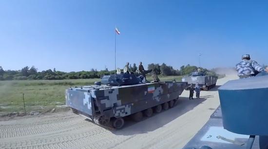 坐中国战车乘风破浪 俄军记者体验中国精锐两栖装备