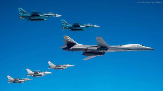 美媒:美轰炸机横跨太平洋提醒对手 别忘了我的存在