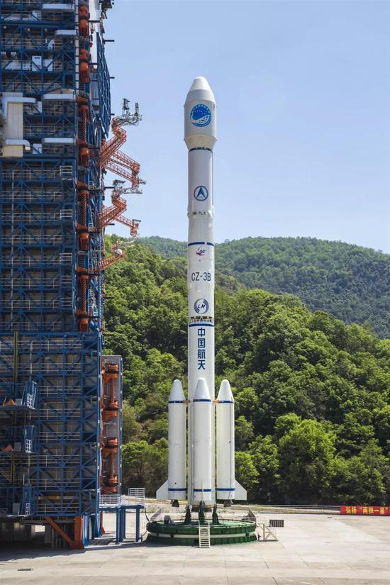 长征三号乙火箭伫立在发射塔等待加注燃料(史啸 摄)