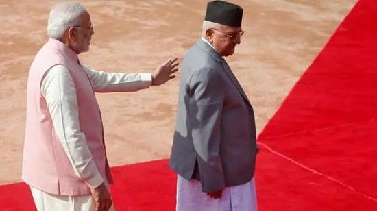 印度总理莫迪(左)与尼泊尔总理奥利(路透社)