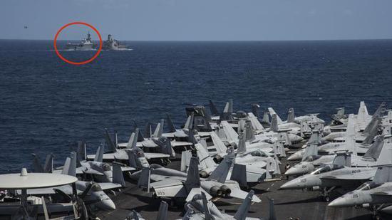 """美军卡尔文森号航母与日本""""伊势""""号直升机航母(圆圈内)在西太平洋演练。"""
