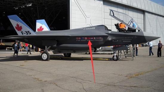 图为加拿大的第一架F-35战斗机。进气道旁的国旗即为其合作伙伴,红箭头所指即为土耳其国旗。