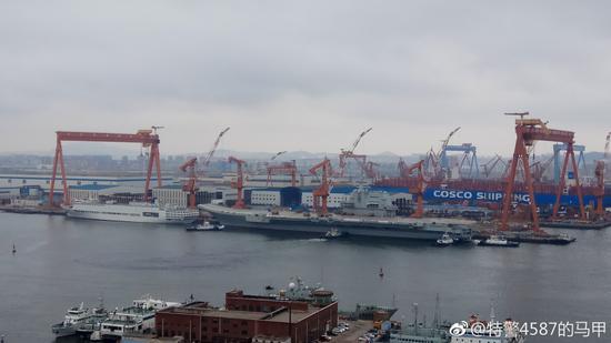 多艘拖船簇拥国产航母或进船坞保养 为试航准备(图)