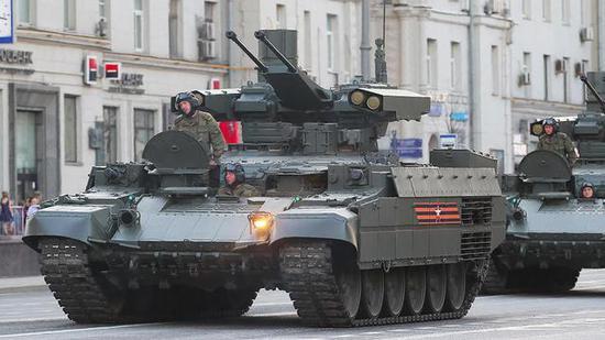 """图注:BMPT""""终结者""""坦克支援车方阵,排在第5地面方阵出场"""