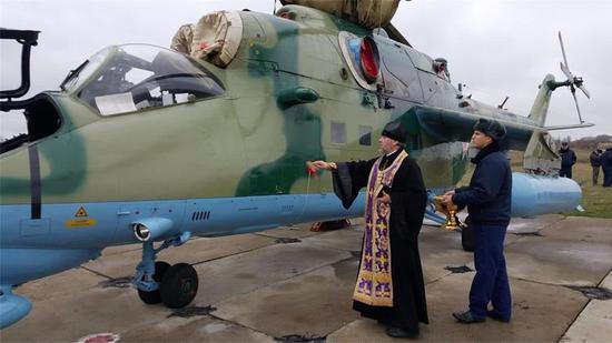 俄国东正教神父成多面手 为米35武直洒圣水开光(图)西游记后传碧游