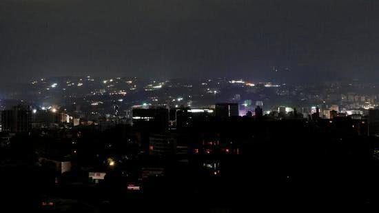 图片:加拉加斯大面积停电,很多地方一片漆黑。