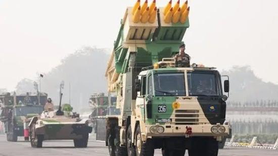 """图片:阅兵式上的""""皮纳卡""""多管远程火箭炮系统,黄色的弹头非常醒目。"""