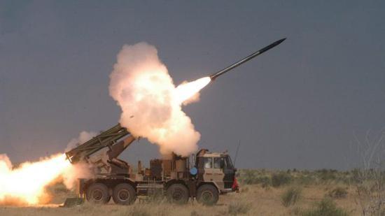"""图片:印度在印巴边境进行""""皮纳卡""""多管远程火箭炮系统的射击试验。"""