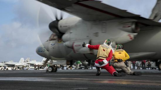 美军航母进入南海 水兵扮圣诞老人指挥战机起飞(图)