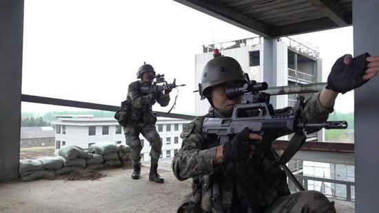 东部战区特战旅强化巷战训练 多款先进无人装备亮相