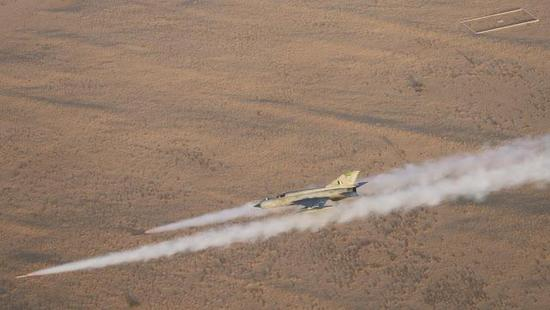 摔机冠军米格-21使用火箭弹打击地面目标