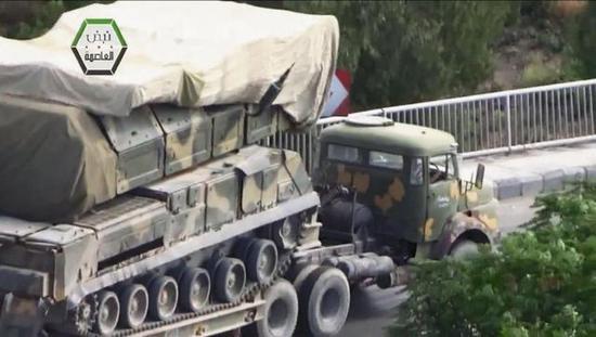 """图为转移中的BUK-M2E""""山毛榉""""导弹,该弹是英美空袭当日的""""拦截明星""""。"""