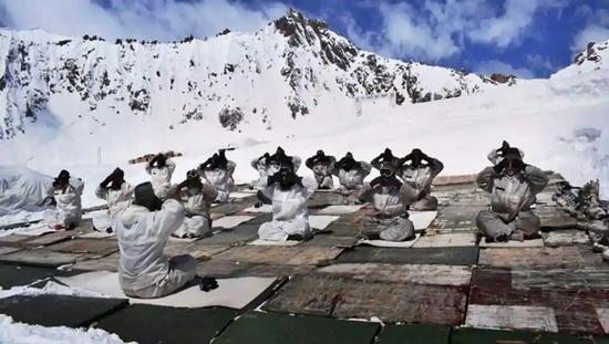 正在高原极寒地区做瑜伽的印军部队