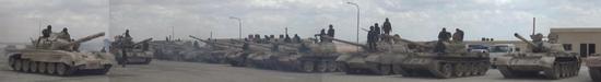 图为政府军在清点叛军移交的坦克,数量之大,型号之繁杂令人震惊。