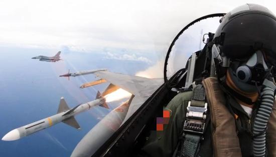 """台媒:台军一架F-16战机夜航时失联 出动""""黑鹰""""搜救"""