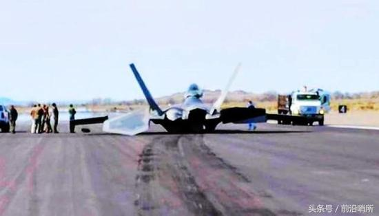 F-22战斗机栽在了跑道上