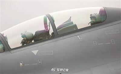 王体、刘晓鹏驾驶歼-16战机滑向起飞线,准备升空。