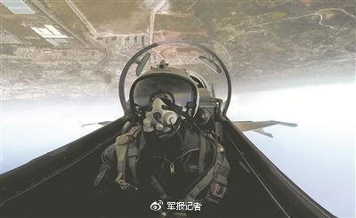飞行员驾驶歼-16战机在空中实施高难度战术机动训练。