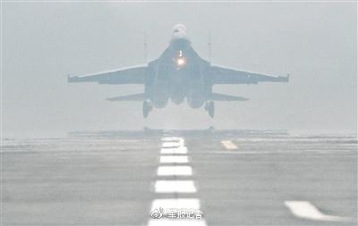 王体、刘晓鹏驾驶歼-16战机在雾中起飞。