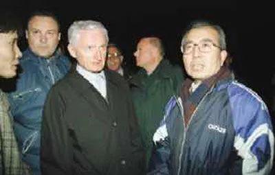 中国驻南斯拉夫联盟大使潘占林(右一)与南外长在爆炸现场。 (吕岩松摄)