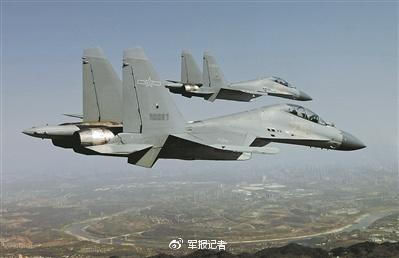 飞行员驾驶歼-16战机实施低空密集编队训练。