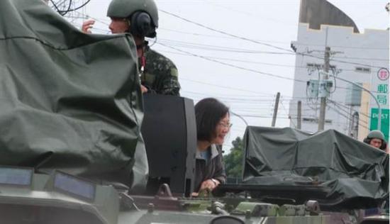 蔡英文坐装甲车勘灾(图片来源:中时电子报)