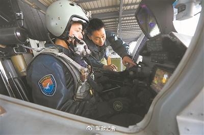"""""""新""""教官王体指导""""老""""学员刘晓鹏(前)进行座舱实习。"""