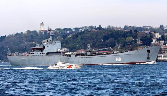 """图为穿越土耳其博斯普鲁斯海峡的""""鳄鱼""""级大型登陆舰""""奥尔斯克""""号。"""