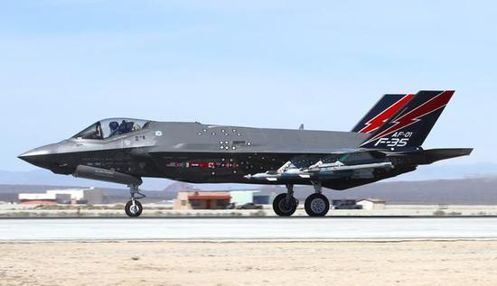 图为F-35A第一架原型机AF-01。注意其进气道侧的国旗标志。