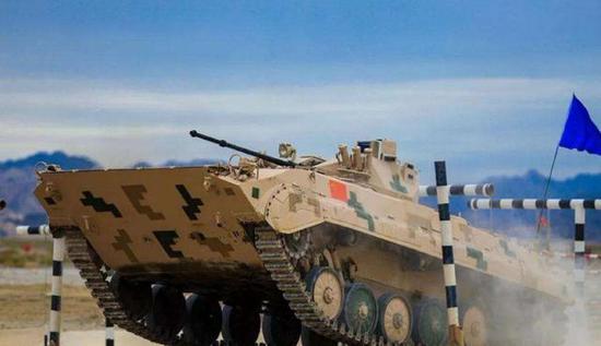 赛场上轰鸣的解放军战车