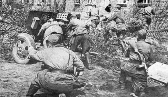 战斗中的76毫米加农炮