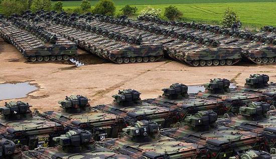 """图为已经成批封存的""""黄鼠狼""""步兵战车。"""