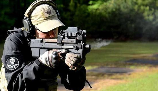 图为比利时FN公司的P90冲锋枪。