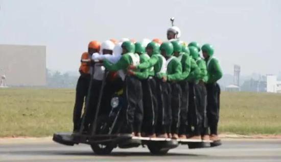 桥梁被卡车压垮后 印军骑着摩托车来中印边境了(图)