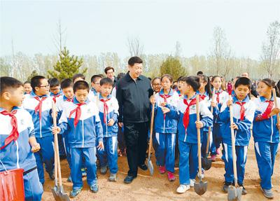 2016年4月5日,植树活动结束时习近平同少先队员在一起。新华社记者 李学仁摄
