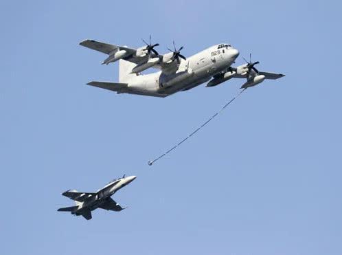 2017年5月进行表演飞行的KC-130空中加油机(上)和F/A-18战斗机