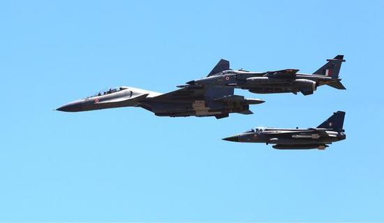 印度三种主力战机在演习中编队飞行