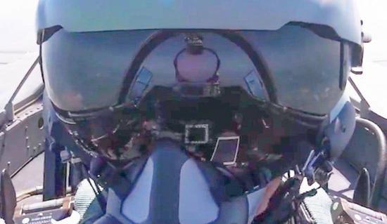 歼20座舱界面曝光:大尺寸全景触屏信息化程度爆棚