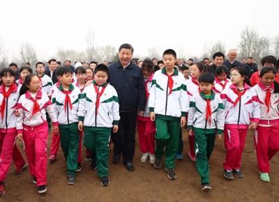2018年4月2日,植树活动结束时习近平同少先队员在一起。新华社记者 谢环驰摄