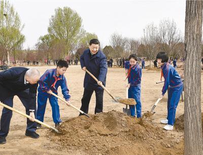 2019年4月8日,习近平同大?#20057;?#36215;植树。新华社记者 谢环驰摄